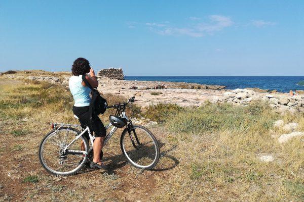In bici nell'antico porto di Egnazia: il muraglione messapico